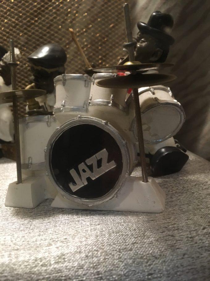 ドラムをたたくドラマー