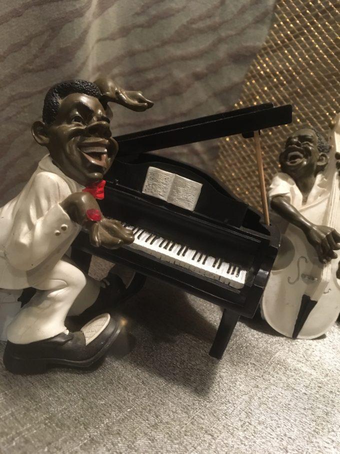 軽快に演奏するピアニスト