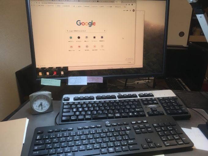 モニターと二つのキーボード